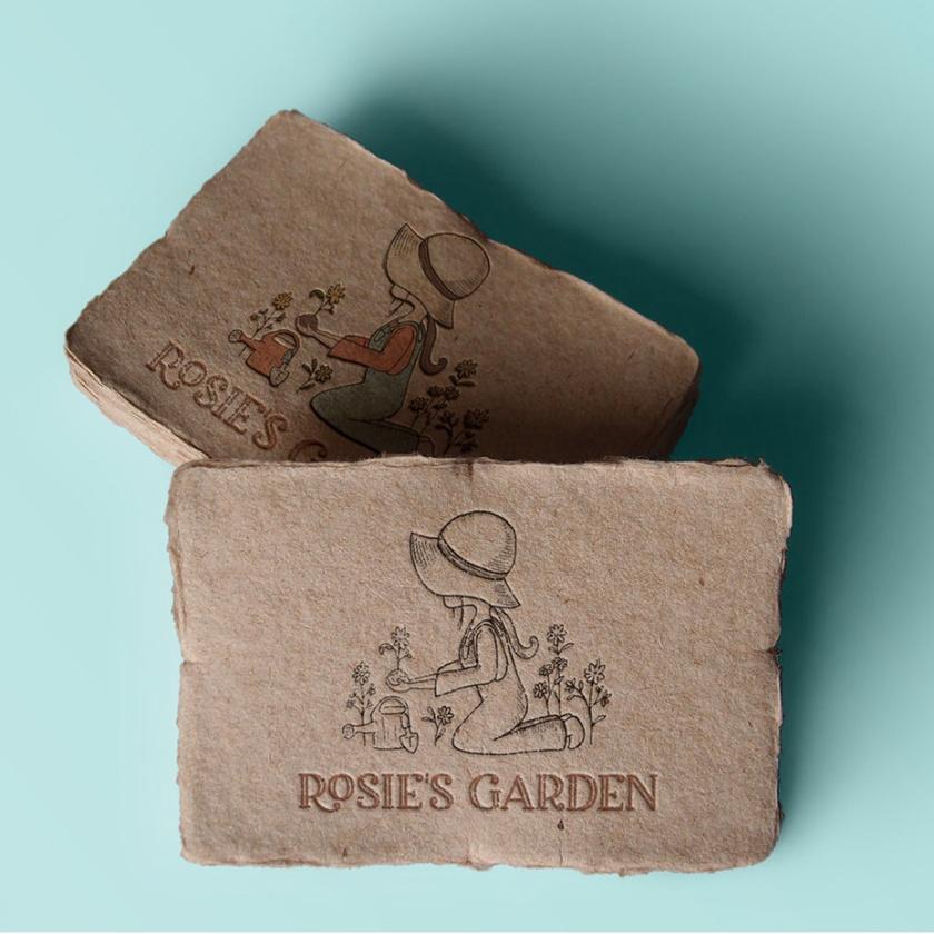 """复古绘图的一个小女孩在一个软盘帽园艺与文本""""罗西的花园""""logo设计"""