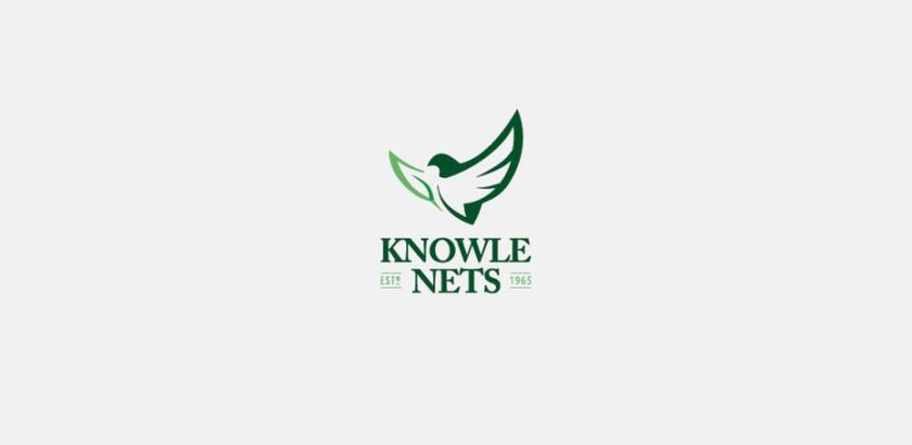 一只鸟的绿色轮廓与它的一个翅膀的叶子的logo设计