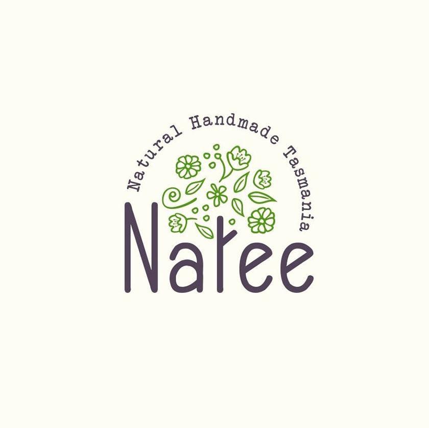 """Natee""中带有字母""t""的圆形徽标,图示为树干,绿色的叶子和花朵漂浮在它上面"