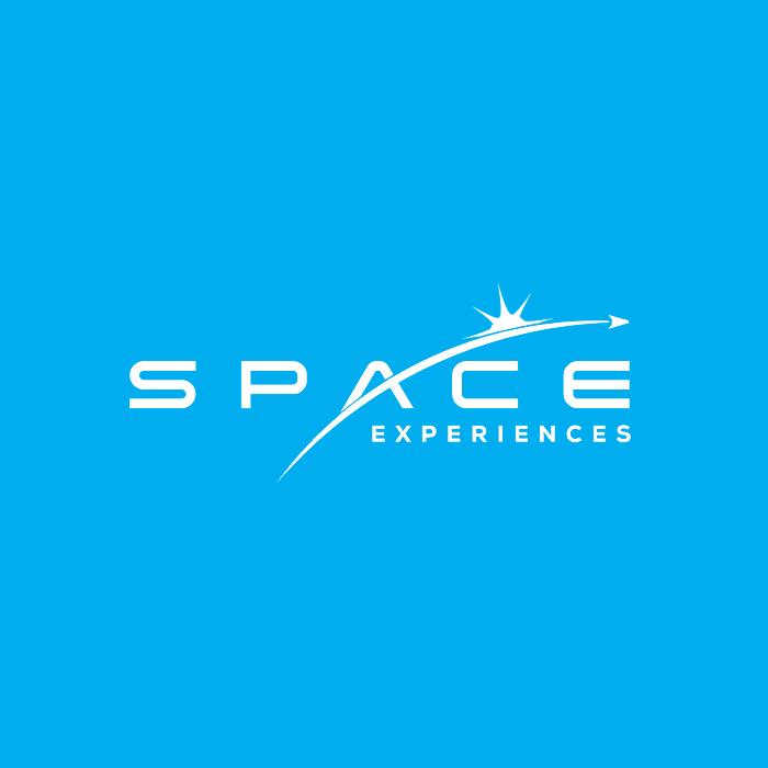 """文字""""太空体验""""旅游logo设计,一条曲线穿过森伯斯特"""