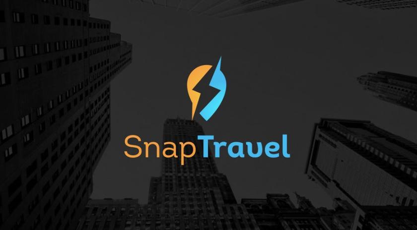 蓝色和黄色椭圆形,带有负空间照明螺栓旅游logo设计